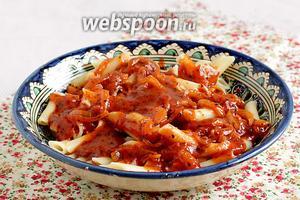 Выложить пенне на блюдо и полить томатным соусом. Подавать сразу же.