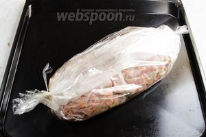 Рулет поместить в рукав для выпечки. Закрепить с 2 сторон. Мясо при выпечке пустит сок. Запекать рулет в течение 50 минут при температуре 200°С .