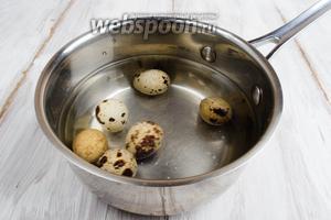 Кусок булки залить тёплым молоком. Яйца отварить вкрутую в течение 5 минут. Остудить под холодной водой.