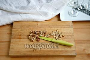 Орехи порубить ножом.