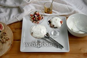 Покрыть инжир йогуртом.