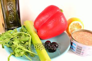 Нам понадобятся стебли сельдерея, тунец консервированный (кусочками в собственном соку), маслины без косточек, перец красный болгарский, руккола, лимонный сок, оливковое масло, соль и перец чёрный молотый.