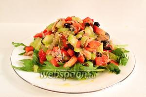 Салат можно подавать как порционно на подушке из рукколы (как у меня), так и в общем салатнике. Тогда рукколу просто добавляем ко всем остальным составным салата и перемешиваем.