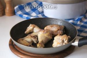 Кусочки курицы обжарить на раскалённой сковороде, на растительном масле, на огне чуть выше среднего, до румяной корочки. Посолить и поперчить.