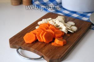 Морковь и корень петрушки нарезать на тонкие кружочки.