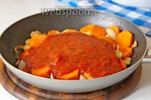 Влить томатное пюре (или просто перетёртые помидоры, или помидоры в собственном соку) и готовить ещё 1 минуту.