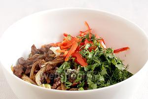 Добавить в салат измельчённую зелень и сладкий перец. Полить уксусом, посыпать кунжутом и перемешать.