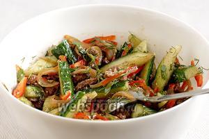 Хорошо бы дать салату настояться, но обычно до этого не доходит. Он съедается сразу и на корню.
