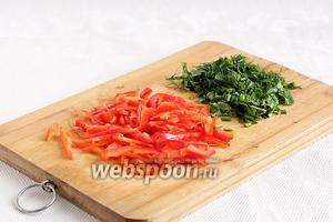 Сладкий перец очень тонко нарезать, зелень измельчить.