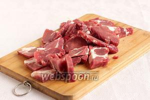Мясо говядины нарезать кусочками, не мельчить.