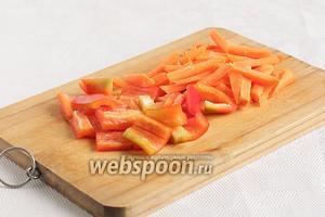 Тем временем, морковь нарезать брусочками, сладкий перец — средними квадратиками.