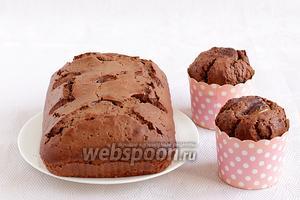 Можно посыпать кексы сахарной пудрой. Мне захотелось полить их сахарной глазурью, смешав сахарную пудру и вишневый сироп. Приятного чаепития!