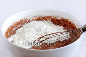 Влить газировку в яичную смесь, а затем добавить муку и ванильный сахар. Смешать вручную венчиком.