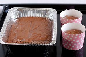 Вылить тесто в формы для выпекания.