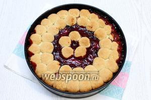 Выпекать пирог при температуре 180 градусов в течении 30-35 минут, ориентируйтесь по своей духовке.