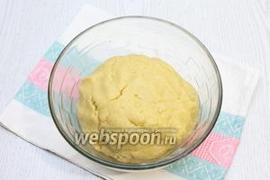 Добавить разрыхлитель, муку и замесить тесто. Тесто завернуть в плёнку и убрать в холодильник на полчаса.