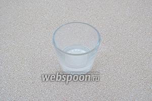 Соду развести десертной ложкой воды.
