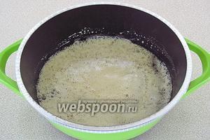 Сироп снять с огня, дать ему слегка остыть и влить раствор соды. Начнётся бурная реакция, которая будет длиться около 10 минут.