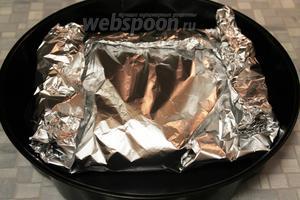 Уложить пакет с мясом в форму и поставить в духовку на 250°С на 0,5 часа, потом температуру убавить до 150°С и запекать ещё около 1 часа.