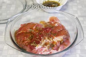 Залить частью маринада, перевернуть и залить остатками, хорошо натереть мясо маринадом и поставить в холодильник.