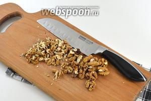 Орехи крупно порубить.