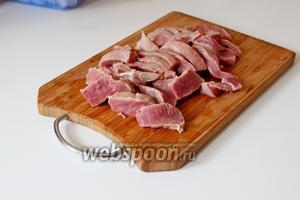 Мясо нарезать на брусочки.