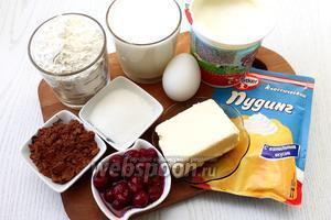 Для приготовления нам понадобятся следующие ингредиенты: масло сливочное, сахар, сахарная пудра, яйца куриные, мука пшеничная, разрыхлитель, молоко, какао, вишня, пудинг ванильный, сметана жирностью от 25% и шоколад.