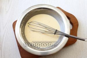 В стакане холодного молока размешайте пудинг и муку. Добавьте остальное молоко и сахар.