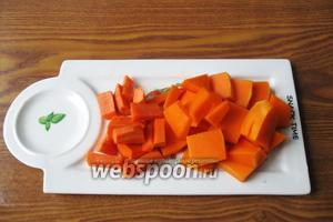 Морковь и тыкву чистим, моем и нарезаем. Форма и размер нарезки значения не имеют, ведь отварные овощи будут взбиваться блендером.
