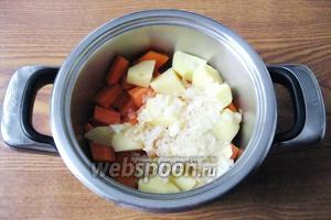 В кастрюлю кладём морковь, тыкву, картофель и жареный лук.