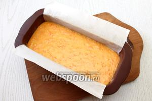 Форму для кекса застелите пергаментом, выложите тесто. Размер моей формы 10х20 см.