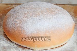 Выпекаем сливочный хлеб в заранее разогретой духовке на пару при 200 градусах в течение 25 минут, затем убираем пар и готовим еще 15 минут при 170 градусах.
