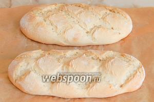Выпекать хлеб нужно при 220 градусах на пару в течение 10 минут, после чего температура снижается до 180 градусов и хлебушек готовится ещё 25 минут без пара.