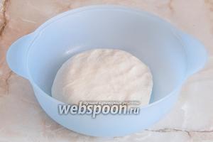 Вымешиваем тесто около 10 минут до гладкого однородного состояния. Оно получается как пластилин на ощупь.