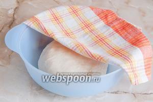 Прикрываем миску полотенцем и даём тесту отдохнуть полтора часа. Через 40 минут делаем обминку.