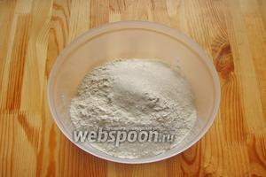 Далее, в отдельной миске смешиваем все сухие ингредиенты: муку, соль, сахар и ванильный сахар.