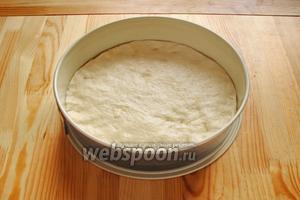 Готовое тесто делим на 2 части. 1 часть расправляем по форме, заранее смазанную растительным маслом.