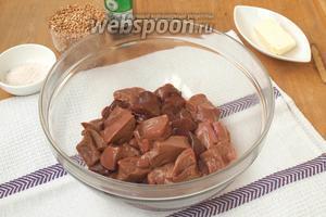 Печень нарезать кусочками и поместить в миску.