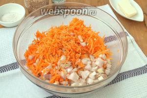 Морковь натереть на тёрке, лук измельчить кубиками. Добавить в миску к печени. Посолить и поперчить по вкусу.
