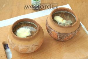 Влить горячую воду так, чтоб она покрыла гречку сверху на 1,5-2 пальца. Добавить ещё соли.