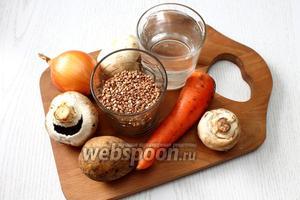 Для приготовления нам понадобятся следующие ингредиенты: шампиньоны, картофель, морковь, лук репчатый, вода, соль, крупа гречневая, укроп, лавровый лист и масло растительное.
