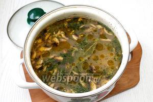За 5 минут до готовности положите в суп мелко порезанный укроп и лавровый лист. Наша грибная похлебка готова.