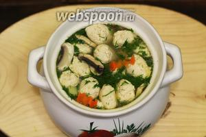 В конце варки добавляем рубленый укроп. Приправляем солью и молотым чёрным перцем. Рисовый суп с куриными кнелями готов. Наливаем в обеденные тарелочки и подаём к столу со свежим хлебушком. Готовьте с удовольствием и приятного вам аппетита!