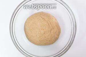 Миску смажем маслом. Выкладываем в неё тесто. Накрываем плёнкой. Ставим в тёплое место на 1 час.