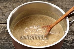 Довести смесь до кипения и проварить с сахаром и солью 3-4 минуты.