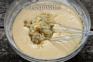 В тесто, которое подошло, добавить остывший лук и пропущенный через чесночницу чеснок. Перемешать.