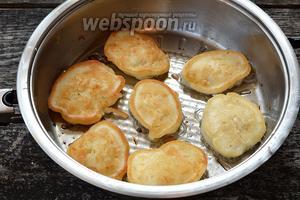 На разогретую  сковороду с подсолнечным маслом столовой ложкой выкладывать тесто. Обжаривать цыбуляки с двух сторон до золотистого цвета.