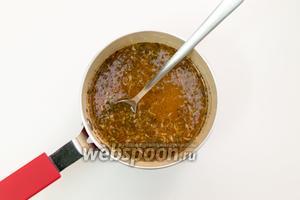 С небольшой миске смешаем мёд, цедру и сок лайма, корицу, имбирь. Ставим на огонь, прогреем до растворения мёда. Не кипятим!