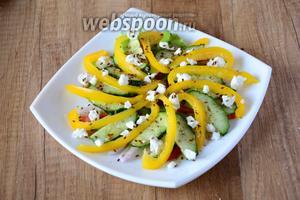 Посыпаем салат кусочками козьего сыра и обжаренным кунжутом. Приятного аппетита!