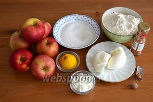 Для приготовления этого яблочного пирога потребуются мука, кулинарный жир, яблоки, сахар, картофельный крахмал, корица, мускатный орех, немного лимонного сока и воды.